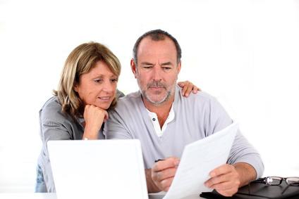 Paar Zuhause, bespricht Finanzen
